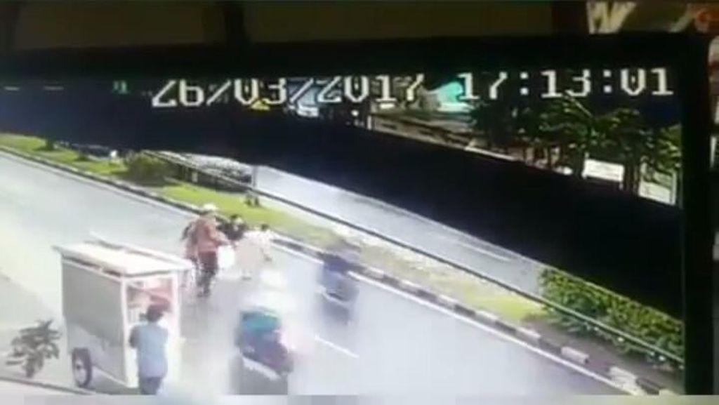 Viral di Medsos, Video Biker Tabrak Lari Bocah di Bandung