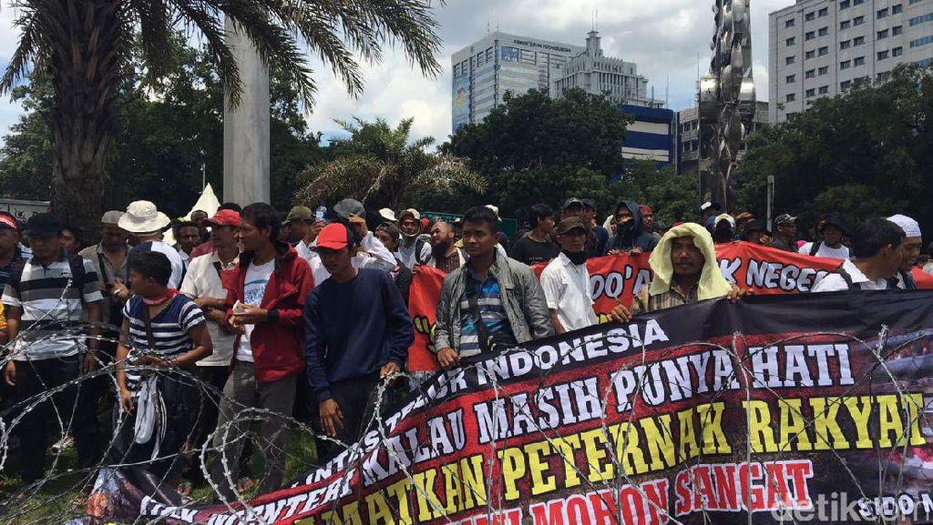 Demo Depan Istana, Peternak Ayam Keluhkan Harga Naik Turun