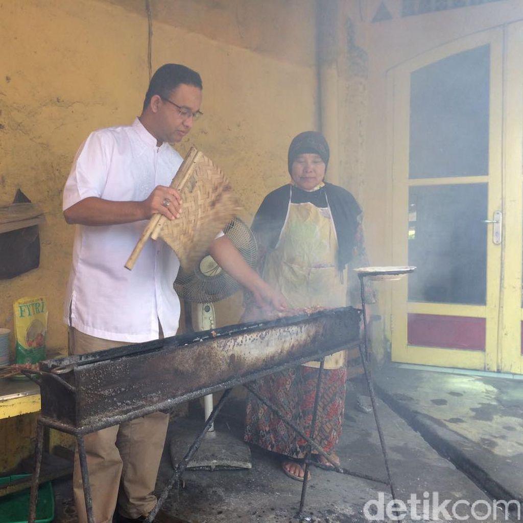 Gaya Anies Kipas Sate Saat Singgah di Tegal
