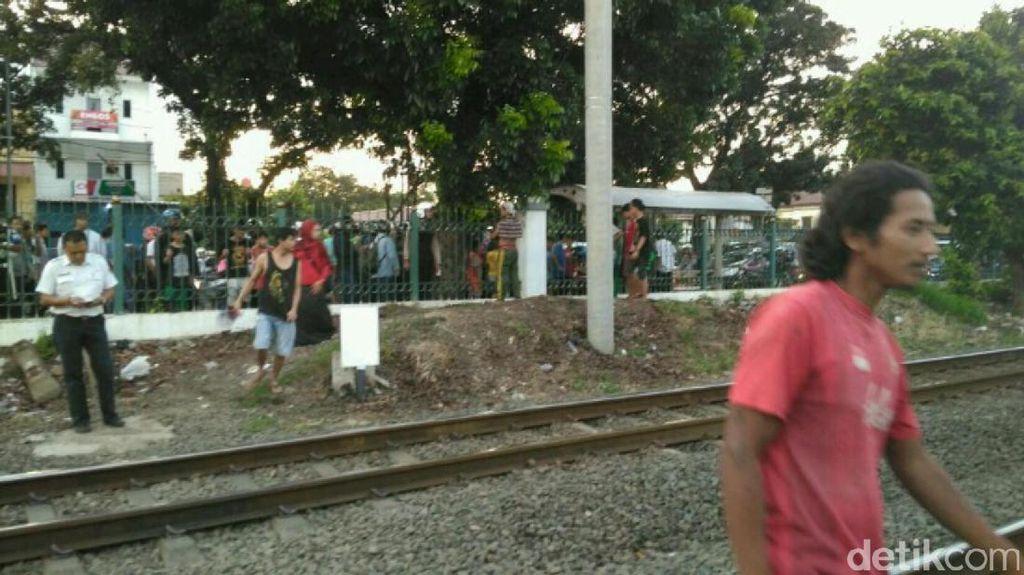 Menyeberang dari Pagar Bolong, Pria Tertabrak Kereta di Pasar Minggu