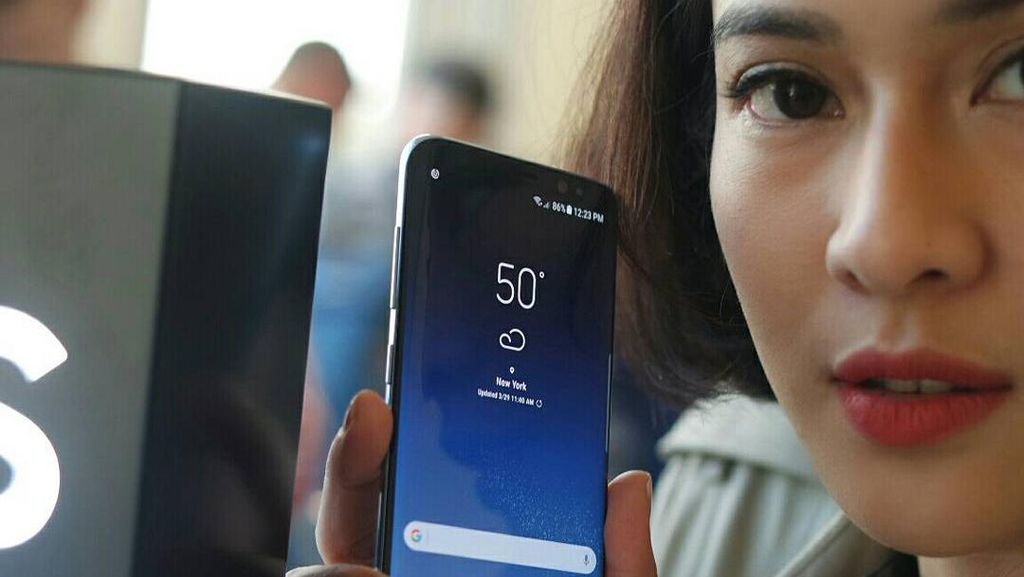 Dian Sastro Ikut Pegang-pegang Galaxy S8