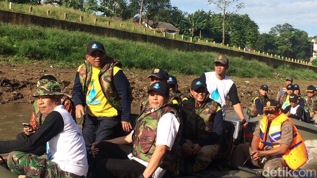 Peringati Hari Air Dunia, Sumarsono Susuri Kali Ciliwung