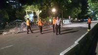 Petugas kepolisian masih terlihat berjaga