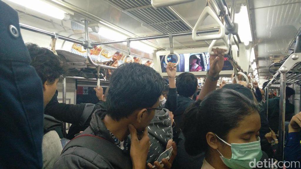 Asyiknya Nonton Film di Dalam Commuter Line