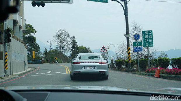 Begini Serunya Kemudi Setir Kiri Porsche Panamera di Taiwan