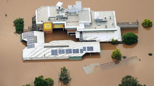 Banjir nyaris menutup atap bangunan