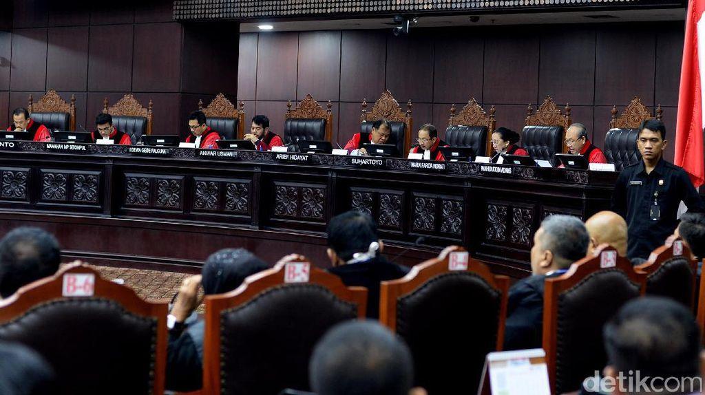 Tegur Siswanya Malah Ditonjok, Guru Cari Keadilan ke MK