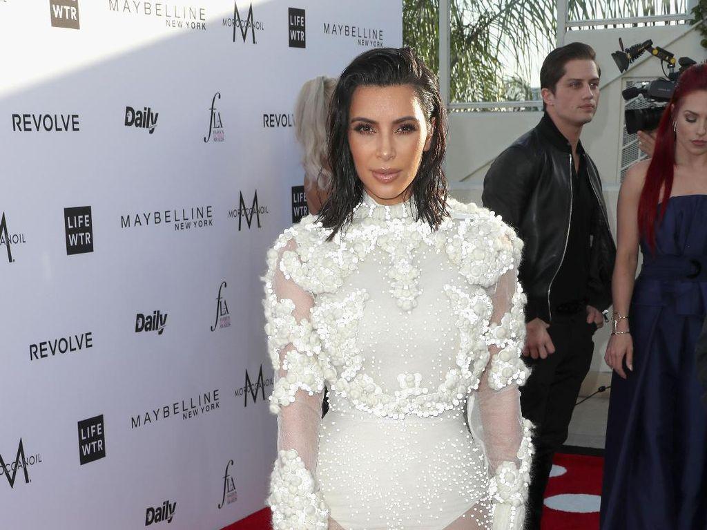 Sambil Nangis, Kim Kardashian Mengaku Tak Lagi Mau Pamer Harta
