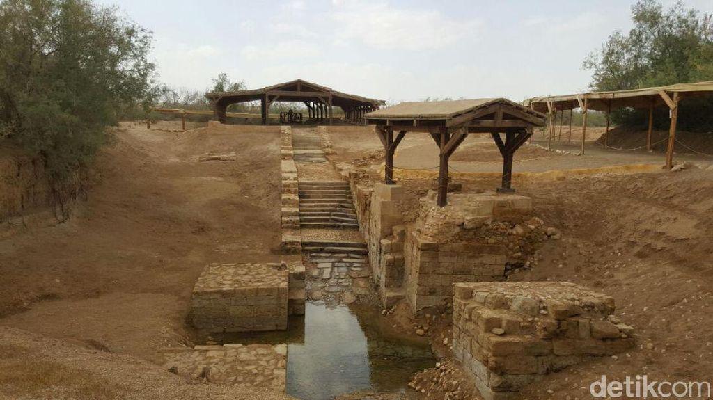 Melihat Air Suci dari Tempat Pembaptisan Yesus di Yordania