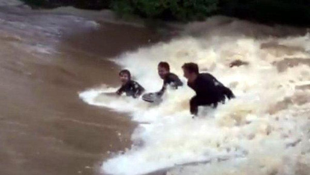 Gila! Aksi Nekat Peselancar Australia Taklukkan Banjir Topan Debbie