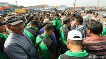 Tenaga Kerja Bongkar Muat Pelabuhan Tanjung Perak Mogok Kerja