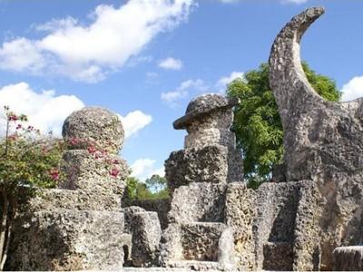 2 Kastil Aneh di Amerika, Terbuat dari Karang & Sampah
