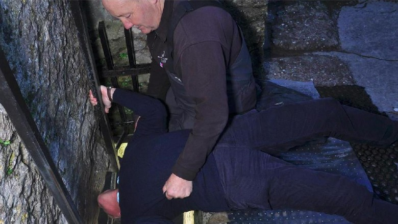 Pengunjug mencoba mencium Batu Blarney (Blarney Castle/Facebook)