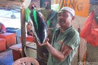 Theodorus yang dengan bangga memamerkan ikan tuna besar di lapaknya. Atambua juga kaya dengan sumber daya bahari (Fitraya/detikTravel)