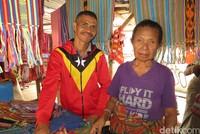 Pasar Rakyat Atambua juga berjualan kain tenun Suku Kemak dengan warna yang menarik. Harganya bervariasi dari Rp 20 ribu-200 ribu. Cocok buat oleh-oleh! (Fitraya/detikTravel)