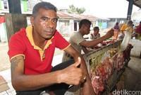 Selain ikan ada juga daging sapi dan daging babi. Hendry sudah lama berjualan daging babi di Pasar Rakyat Atambua (Fitraya/detikTravel)