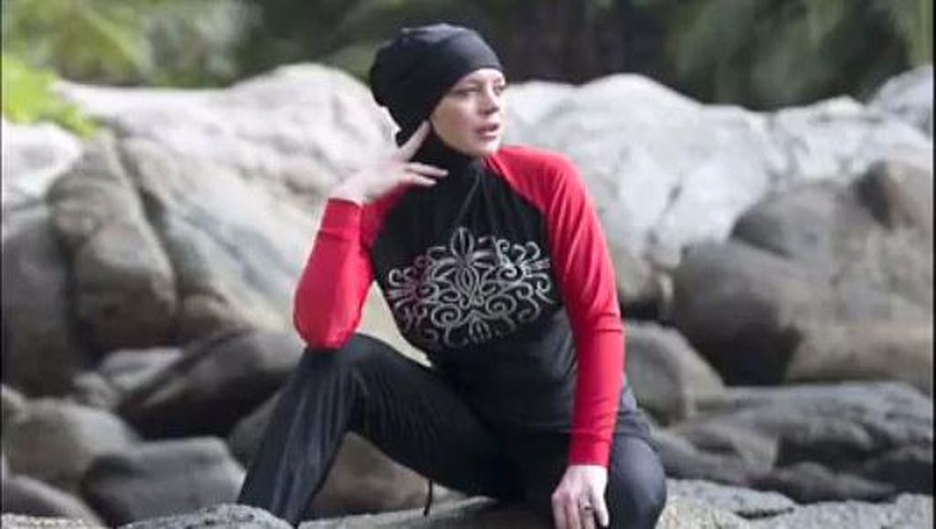 Dikabarkan Mualaf, Lindsay Lohan Tampil Tertutup Pakai Burkini di Pantai