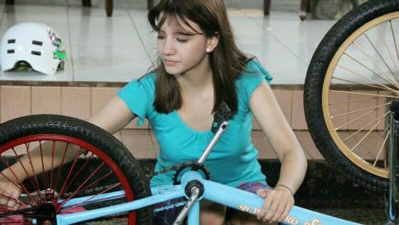 Cassandra Lee Jatuh Saat Pertama Gowes BMX di Nathan & Nadia