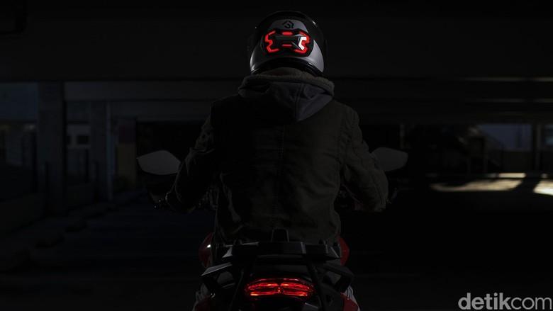 Agar Terlihat, Ada Lampu Rem yang Diletakkan di Helm Biker
