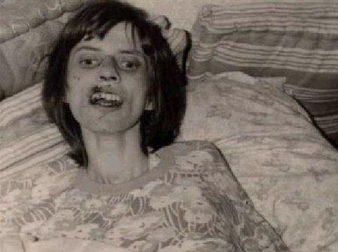 Anneliese mengalami kesurupan dan beberapa kali mendapat ritual pengusuran setan.