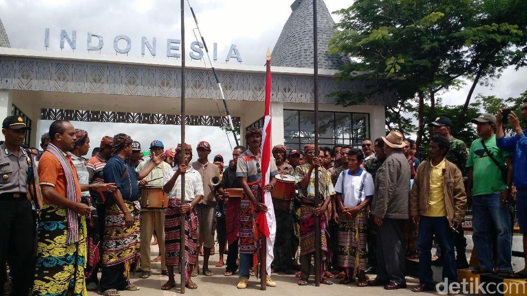 Momen Langka! Upacara Penyerahan Pusaka di Perbatasan Timor Leste