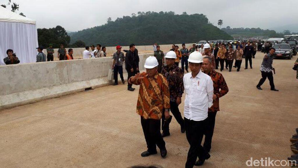 Di Tengah Hujan, Jokowi Cek Progres Proyek Tol Bawen-Salatiga