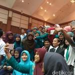 Saat Arcandra Tahar Jadi Sasaran Selfie Mahasiswi