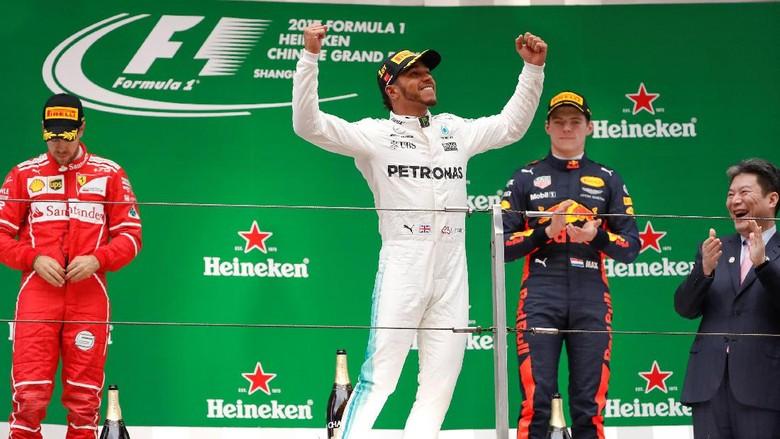 Kelakar Hamilton dan Verstappen di Podium GP China