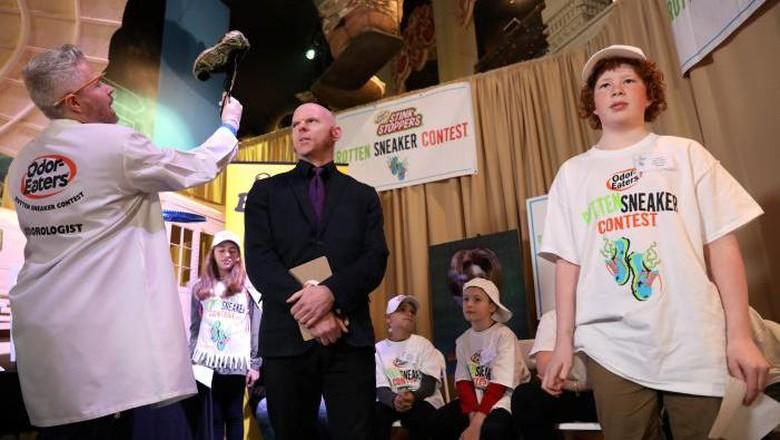 Connor Slocombe (12), juara kontes sepatu paling bau di AS (Shannon Stapelton/Reuters)