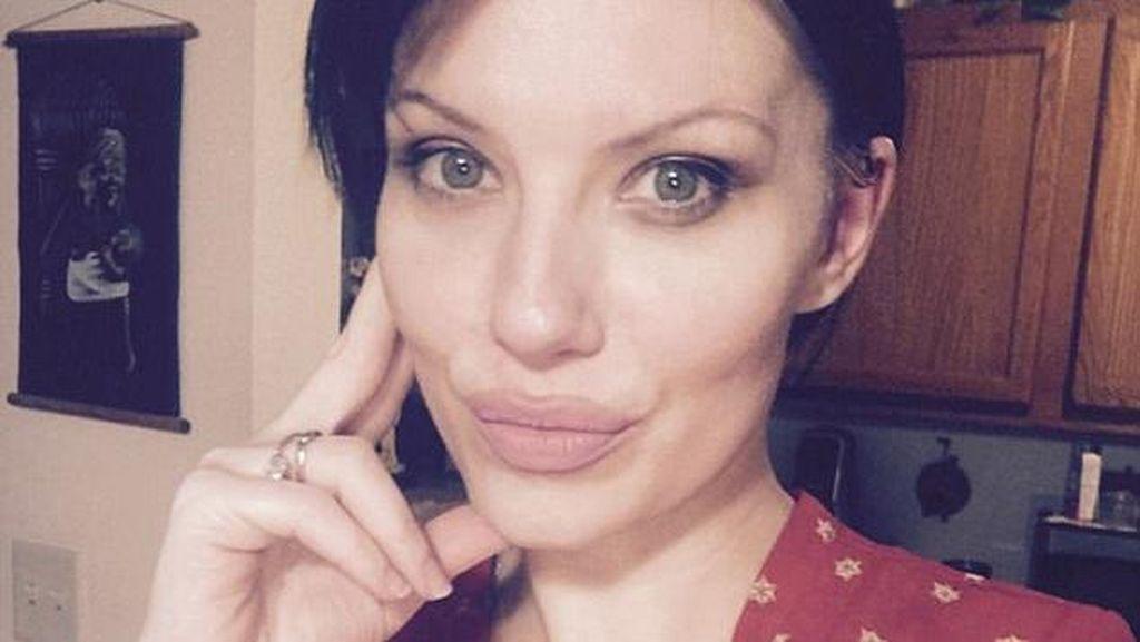 Sangat Mirip Angelina Jolie, Wanita Ini Suka Dimintai Foto & Tanda Tangan