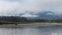 Inilah Sungai Malibaka yang memisahkan Indonesia dan Timor Leste. Ke arah Timor Leste adalah Distrik Bobonaro daerah Maliana dengan latar perbukitan. Ke arah hulu Sungai Malibaka juga pegunungan dengan kabut membayang. (Fitraya/detikTravel)