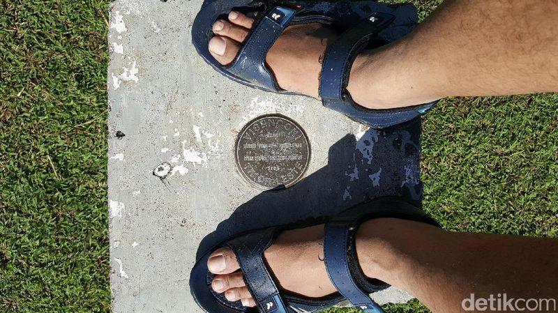 Inilah patok perbatasan Indonesia. Kaki kanan ada di Indonesia dan kaki kiri ada di Timor Leste. Kapan lagi bisa berfoto seperti ini? (Fitraya/detikTravel)