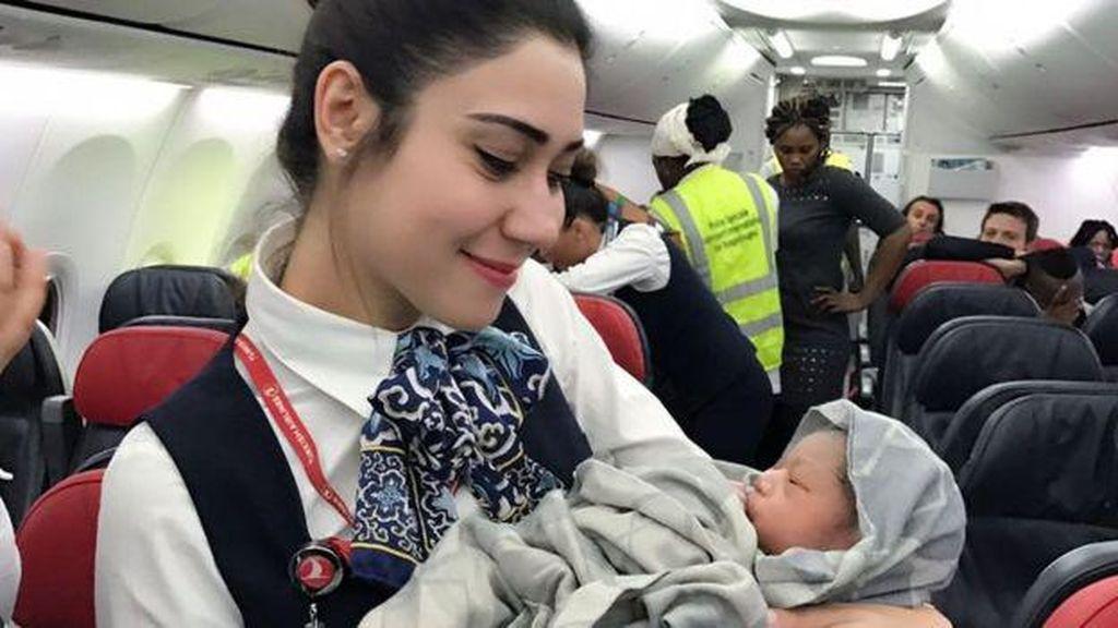 Ketika Kru dan Penumpang Bantu Kelahiran Bayi di Pesawat