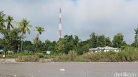 Tower BTS Telkomsel di tepi Sungai Malibaka menunjang sinyal komunikasi di perbatasan. Meskipun Turiskain adalah daerah perbatasan, para traveler tidak usah khawatir kehilangan sinyal (Fitraya/detikTravel)