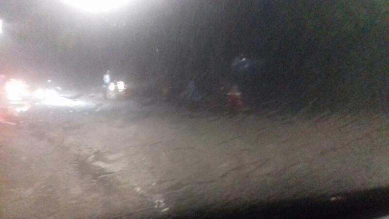 Hujan Deras Guyur Genangan Muncul - Jakarta Sebagian besar wilayah Ibu Kota diguyur hujan deras disertai angin kencang mulai sore Area resapan air yang