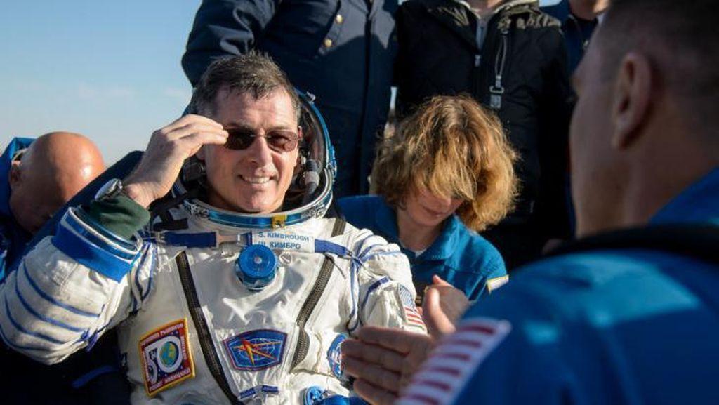 Detik-Detik Tiga Astronot Kembali ke Bumi