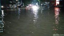 Banjir di Kemang, Petugas Bersihkan Sampah di Saluran Air