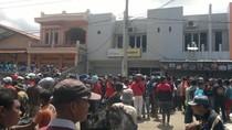 Massa Rusak Kantor Perusahaan Leasing di Garut