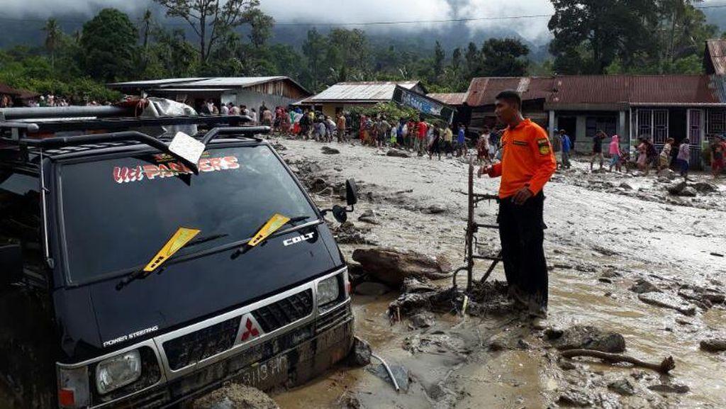 Potret Desa di Aceh Tenggara, Penuh Lumpur dan Kayu Banjir Bandang