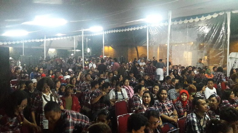 NasDem Gelar Pendukung Ahok Bersorak - Jakarta Partai NasDem menggelar nonton bareng Debat Pilgub DKI Relawan sangat antusias saat melihat pasangan Basuki T Purnama