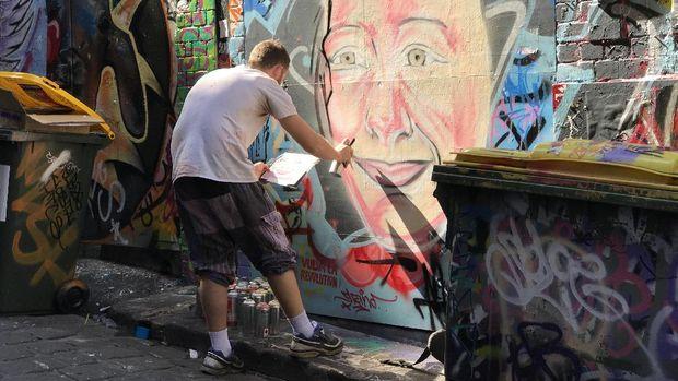 Seniman yang menggambar mural (istimewa/Kautsar Rayzaman Wiharto)