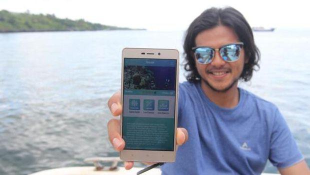 Ramon Tungka memamerkan aplikasi Marine Buddies (Mukhlis/detikTravel)