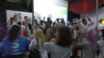 Debat Usai, Pendukung Anies-Sandi Berjoget di Posko Pemenangan