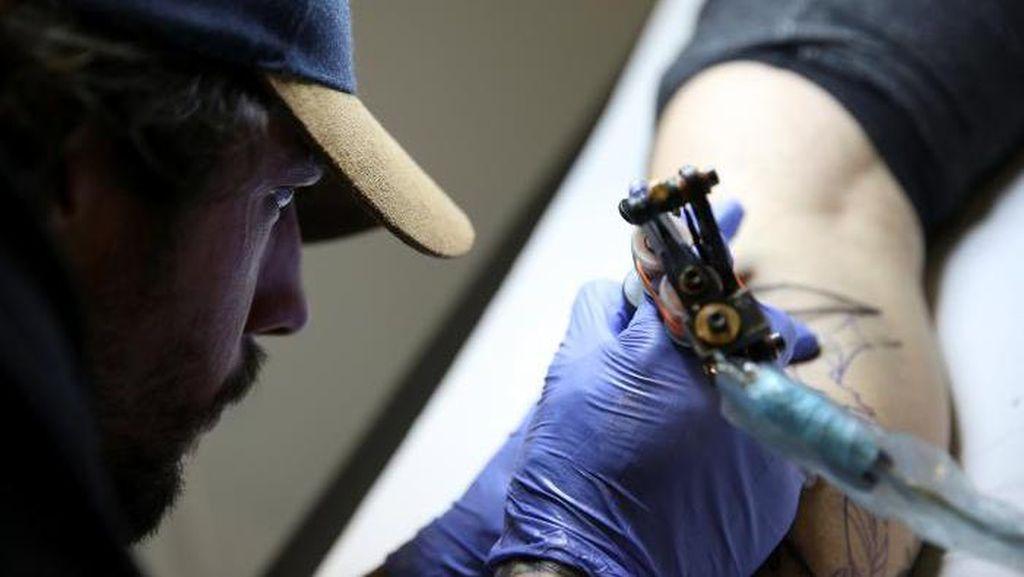 Seniman di Spanyol Buatkan Tato Puting Bagi Penyintas Kanker Payudara