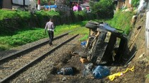 Mesin Mati Mendadak, Pikap Muatan Galon Tertabrak Kereta di Cilegon