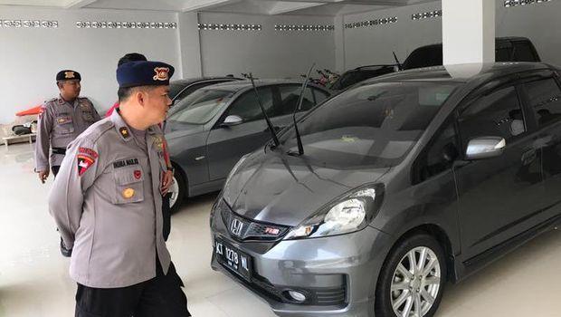 4 Mobil mewah di rumah Sekretaris Komura disita polisi .