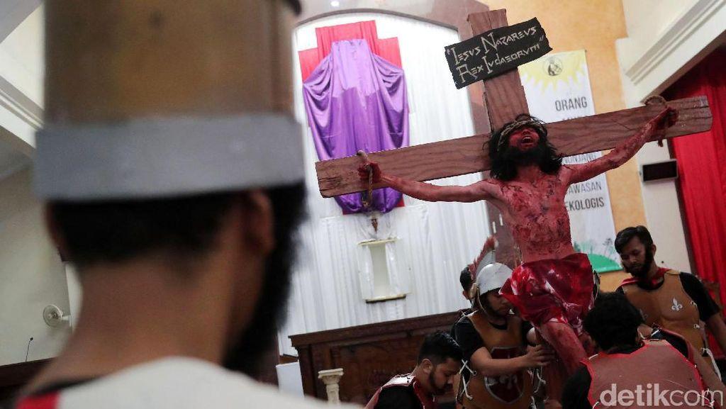 Teatrikal Tablo Jalan Salib Warnai Perayaan Paskah
