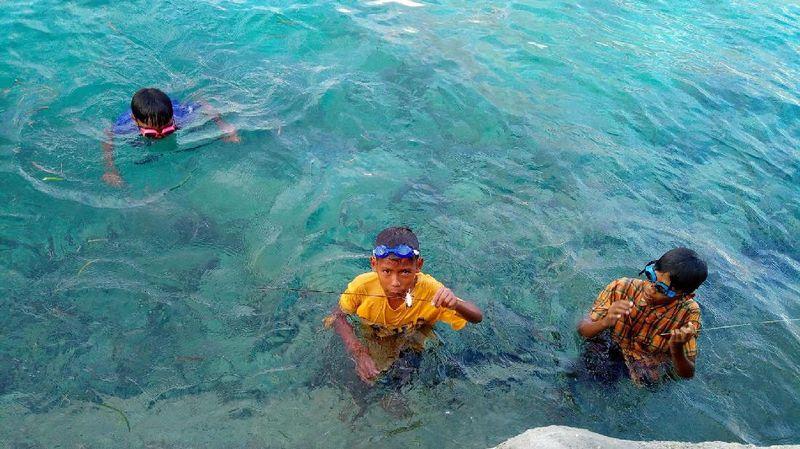Bahagia itu sederhana bagi anak-anak kecil di Wakatobi. Cukup dengan terjun ke laut untuk sekedar berenang-renang dan mencari ikan (Mukhlis/detikTravel)