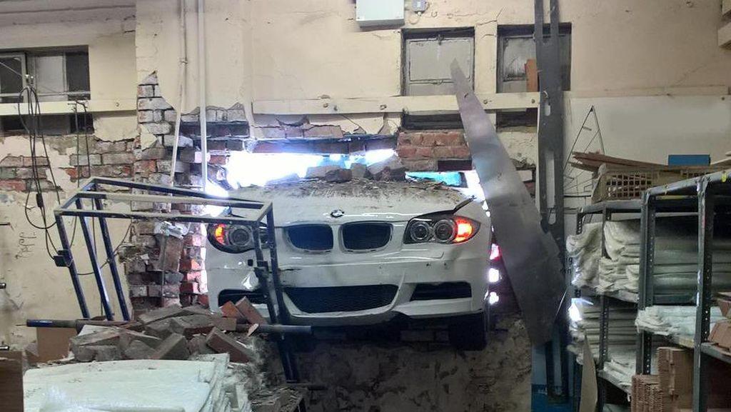 Aneh, Mobil Tabrak Dinding dengan Rapi
