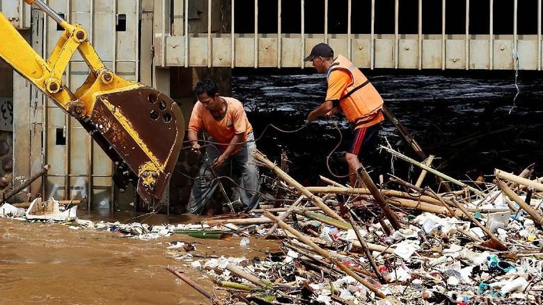 Hamparan Sampah di Pintu Air Manggarai Dibersihkan